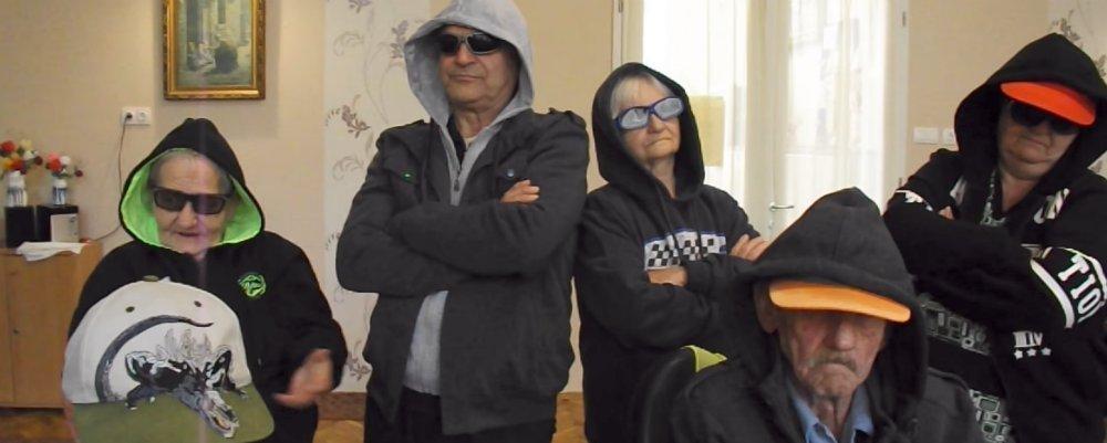 Rappelő újszászi nyugdíjasok tarolják le a netet - videó