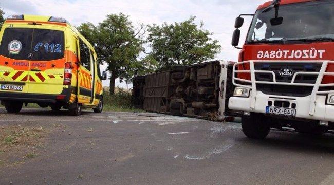 Busz borult fel Tótkomlósnál: ki kellett menteni az utasokat, több mint 30 sérült