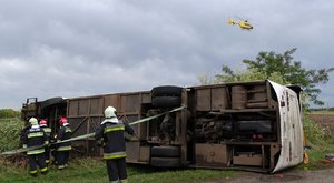 Tótkomlósi baleset:varrodások busza rohant fának