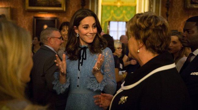 Hoppá! Megmutatta gömbölyödő pocakjátKatalin hercegné