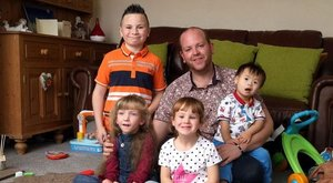 Az igazi szuperapu: négy fogyatékkal élő gyereket fogadott örökbe aszingli férfi