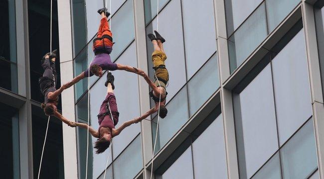 Artista alpinisták veszik birtokba a Kálvin téri irodaházat - videó