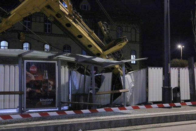Daru dőlt egy villamosmegállóra a II. kerületben