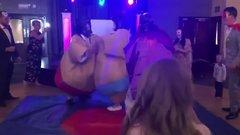 Esküvői tánc címén esett egymásnak a menyasszony és a vőlegény - videó