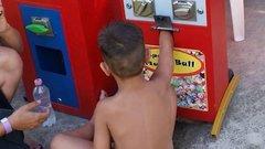 Automatába szorult egy kisfiú keze Tiszafüreden - fotók