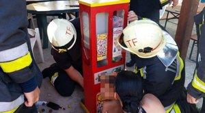 Minden szülő rémálma: Egy kisfiú keze beszorult egy játékgépbe