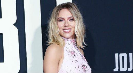 Megvillantotta hatalmas háttetoválását Scarlett Johansson – fotók