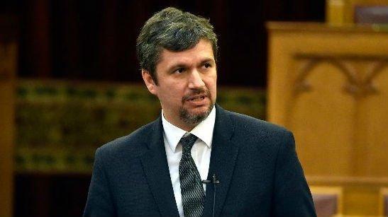 Hadházy trágár bunkóságot mutatott fel a Parlamentben: meggyalázta az Országházát