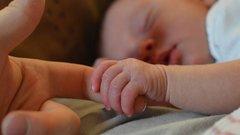 Orvosi csoda: életben maradt a csecsemő, akinek hatszor tekeredett a köldökzsinór a nyakára