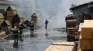 Otthonában rekedt negyven emberHajdúböszörményben– Kigyulladt egy faipari épület – fotók