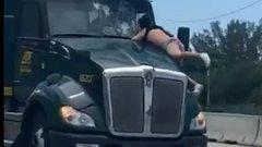 Mégis mit keres az az idióta egy száguldó kamion motorháztetőjén?! videó