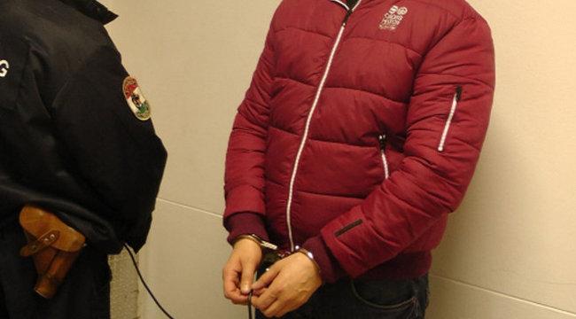 Fegyverarzenált dugdosott kabátja alatt a szerb férfi