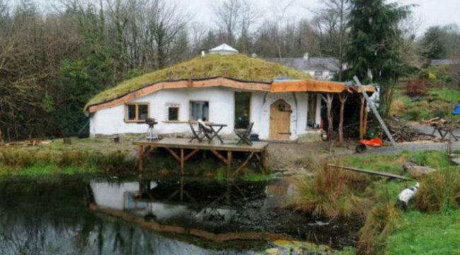 Laknánk: menő hobbitházban él az ökopár