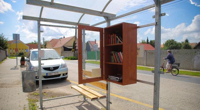 Könyvtár nyílt a buszmegállóban