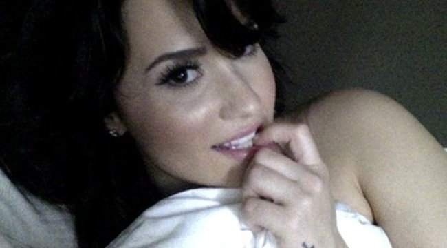 Demi Lovato fejére szellentett egyik rajongója