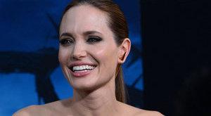 Kitüntetést kapott a királynőtől Angelina Jolie