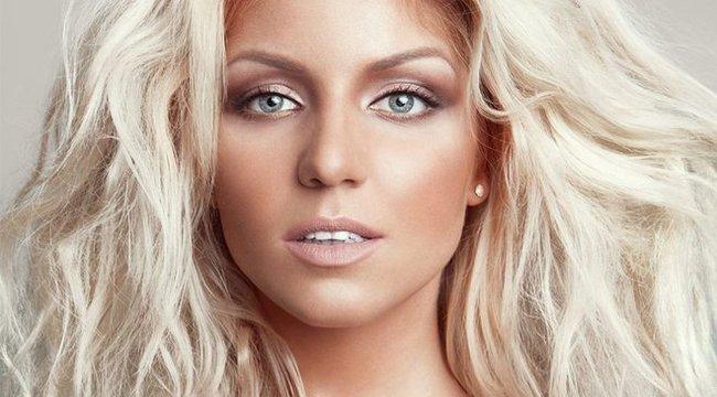Döbbenet: Tolvai Reni tiszta Shakira az új borítón!