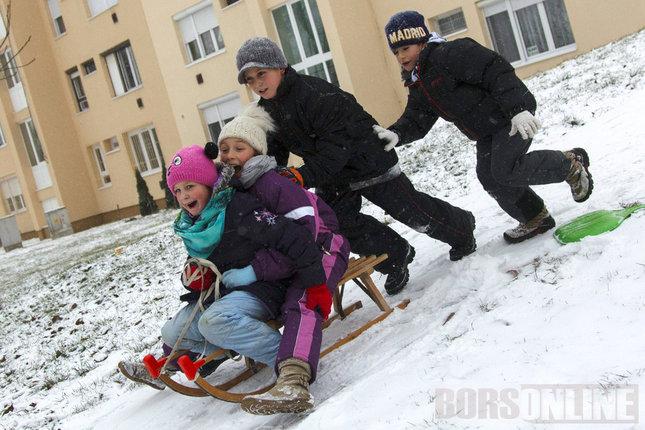 Felborult autó, lezárt utak - megjött a havazás