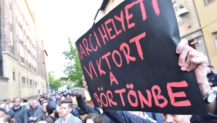 Tüntetés Gulyás Mártonért a Gyorskocsi utcában
