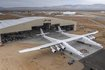 Először gördül ki a hangárból a világ legnagyobb repülőgépe, az ikertörzsű, 117 méter szárnyfesztávolságú, 15 méter magas, 6 hajtóműves, mintegy 226 tonna teherbírású Stratolaunch a kalifornai Mojave-sivatagban. A műholdak alacsony, Föld körüli pályára állítására tervezett óriásgép várhatóan 2019-ben juttat majd először űreszközt a világűrbe.