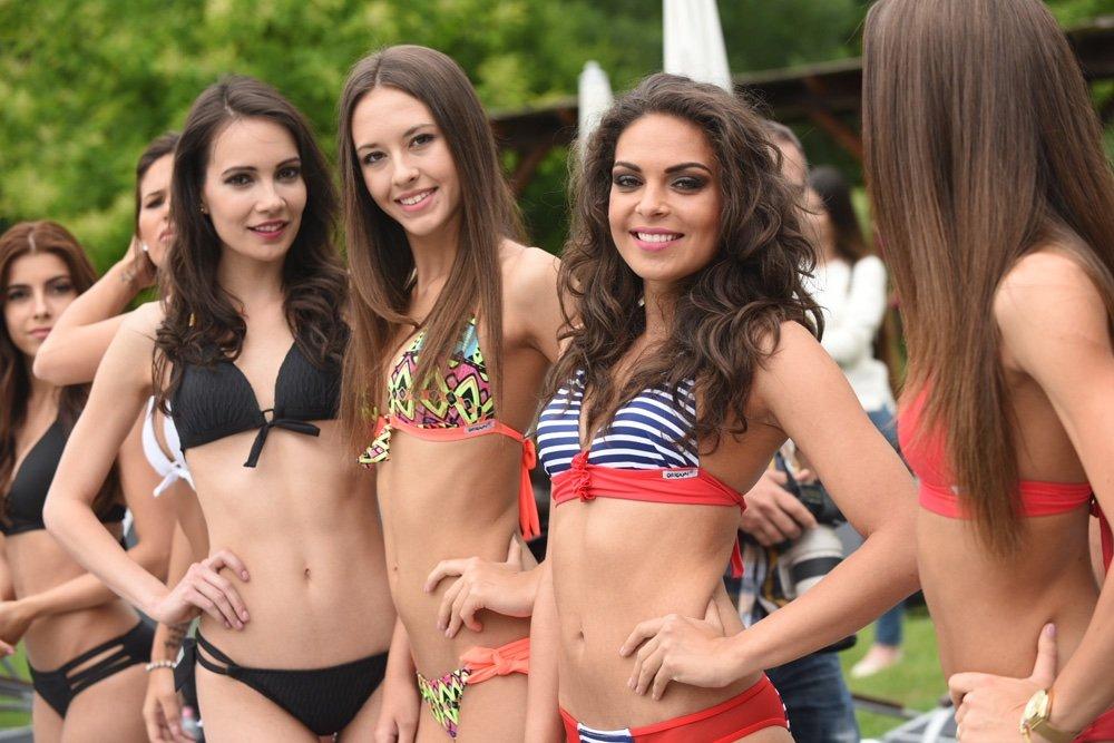 Nézegessen gyönyőrű bikinis lányokat