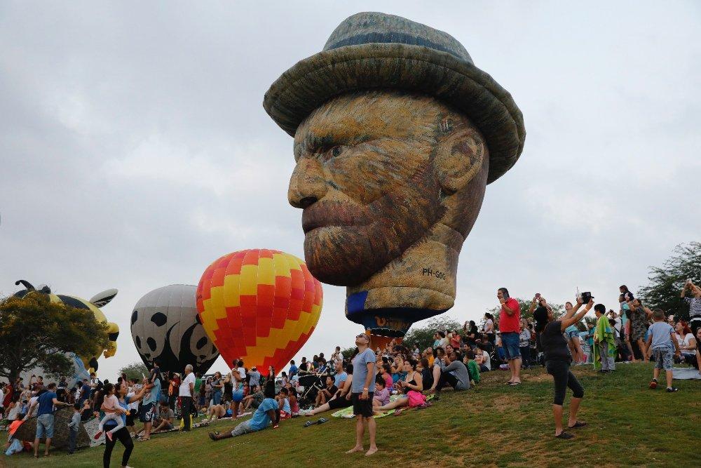 Emberfejet megjelenítő hőlégballon a 6. alkalommal rendezett nemzetközi hőlégballon-fesztiválon az izraeli Neveg-sivatagban levő Eskol Nemzeti Park területén, a Gázai övezet közelében