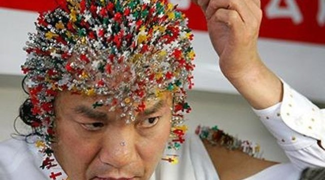 Több ezer pírszinget szúrt testébe az olimiára készülő kínai
