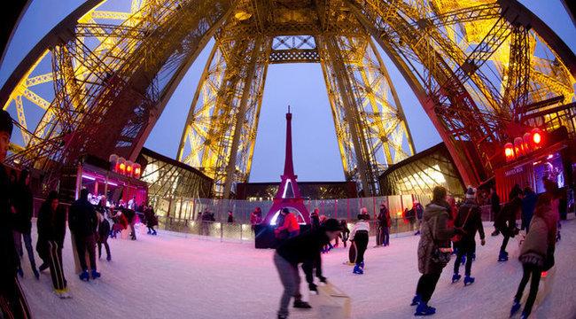 Korcsolyázni is lehet az Eiffel-toronyban