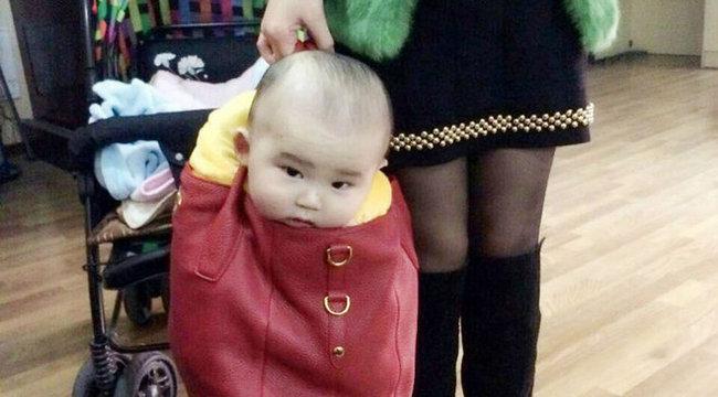 Botrány: kézitáskájában hordozza a babáját