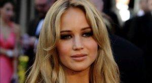 Szexi: kígyóval pózolt Jennifer Lawrence