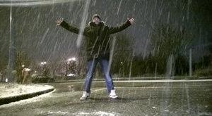 Halála előtti utolsó képén a hóesésnek örül a járőr