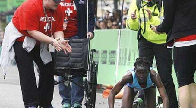 Négykézláb mászott be a célba a maratonista