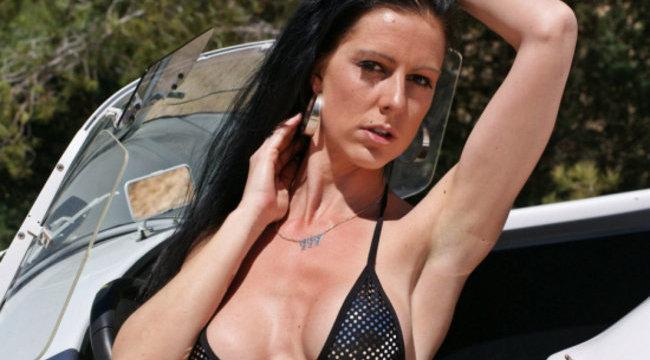 Óriási pornósztár lett a kirúgott asszisztensnő – 18+ képekkel