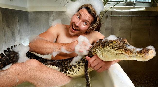 Bizarr: krokodilokkal fürdik a szívtipró