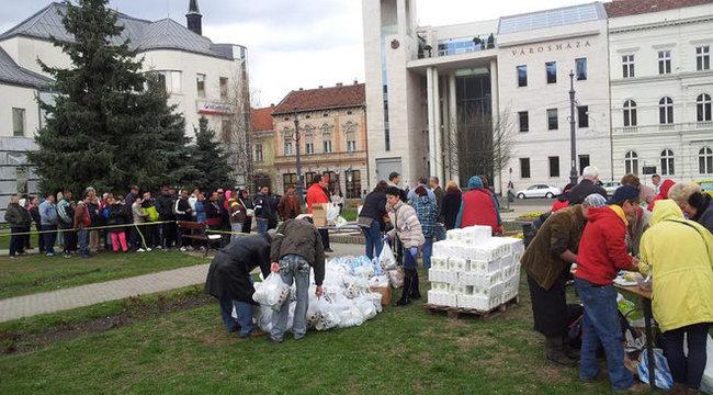 Kígyózó sorokban álltak ételért Miskolcon – fotókkal