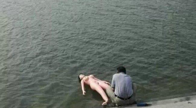 Szexbabáját fürdette nyilvánosan a folyóban