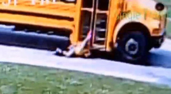 Horror: métereken át húzta a kislányt az iskolabusz – videó
