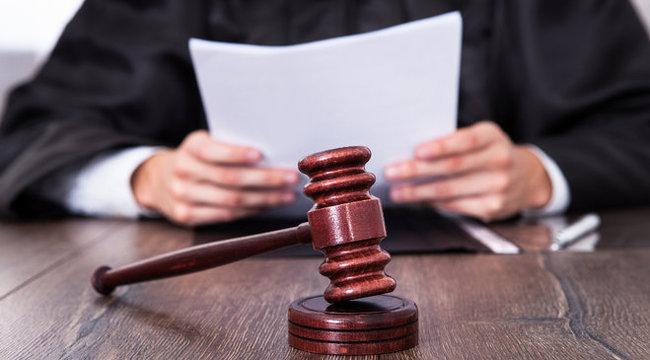 Ciki: kábszert szórt a tanú a bíró asztalára