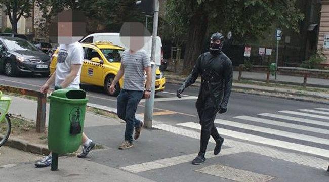 Szadomazo-cuccban sokkol Pesten egy férfi