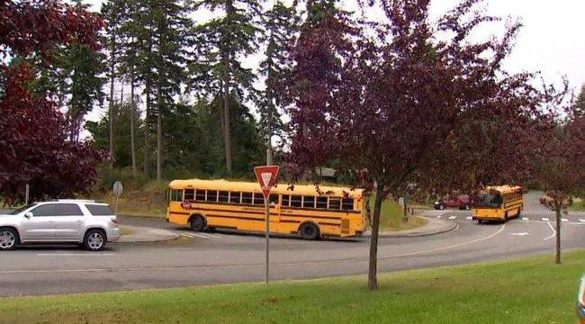 Kamasz fiú erőszakolt meg egy kislányt a buszon