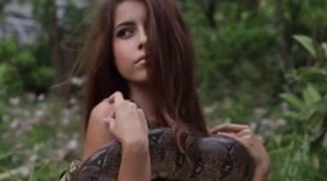 Kígyót melengettek keblükön a szépségek – videó