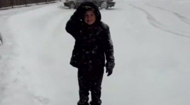 Halálra kínozta a fiát, mert ellopta a lánya sütijét – videóval