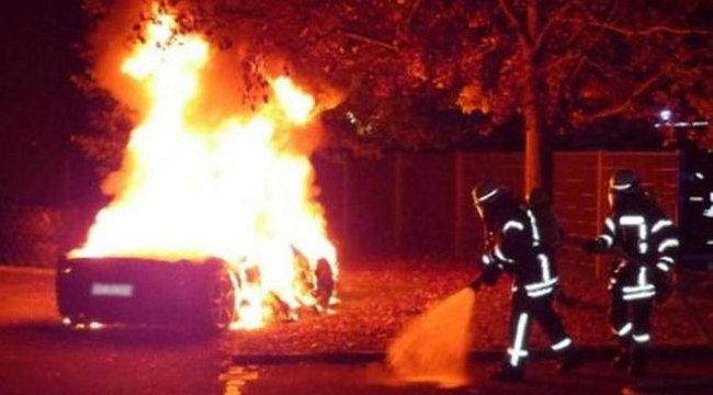 Felgyújtotta sportautóját, hogy apucitól újat kapjon