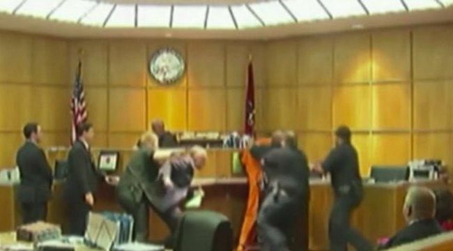 A bíróságon akarta péppé verni támadóját - videó