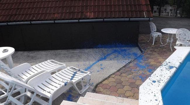 Mindent kékre festett a részeg vendég Siófokon