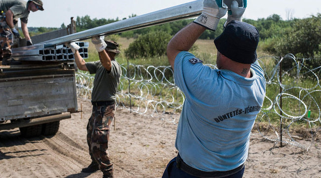 Börtönőrök is verik a cölöpöket a határon