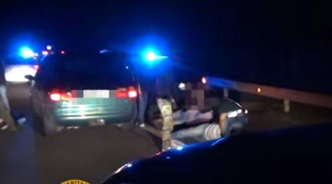 21 migráns nyomorgott a teherautóban - videó