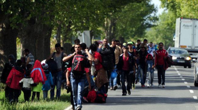 A forgalommal szemben menetelt több száz migráns Budapest felé – galéria