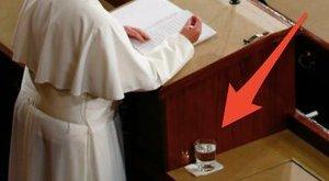 Mit csinált Ferenc pápa poharával ez a férfi? - fotó