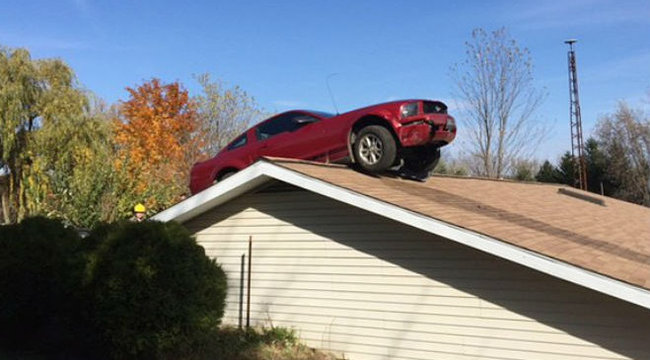 Kellemetlen meglepetés: kocsit talált háza tetején